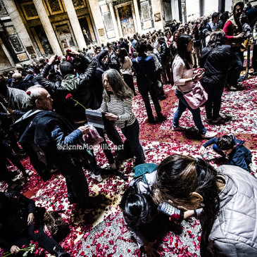 Pioggia di Rose al Pantheon per la Pentecoste